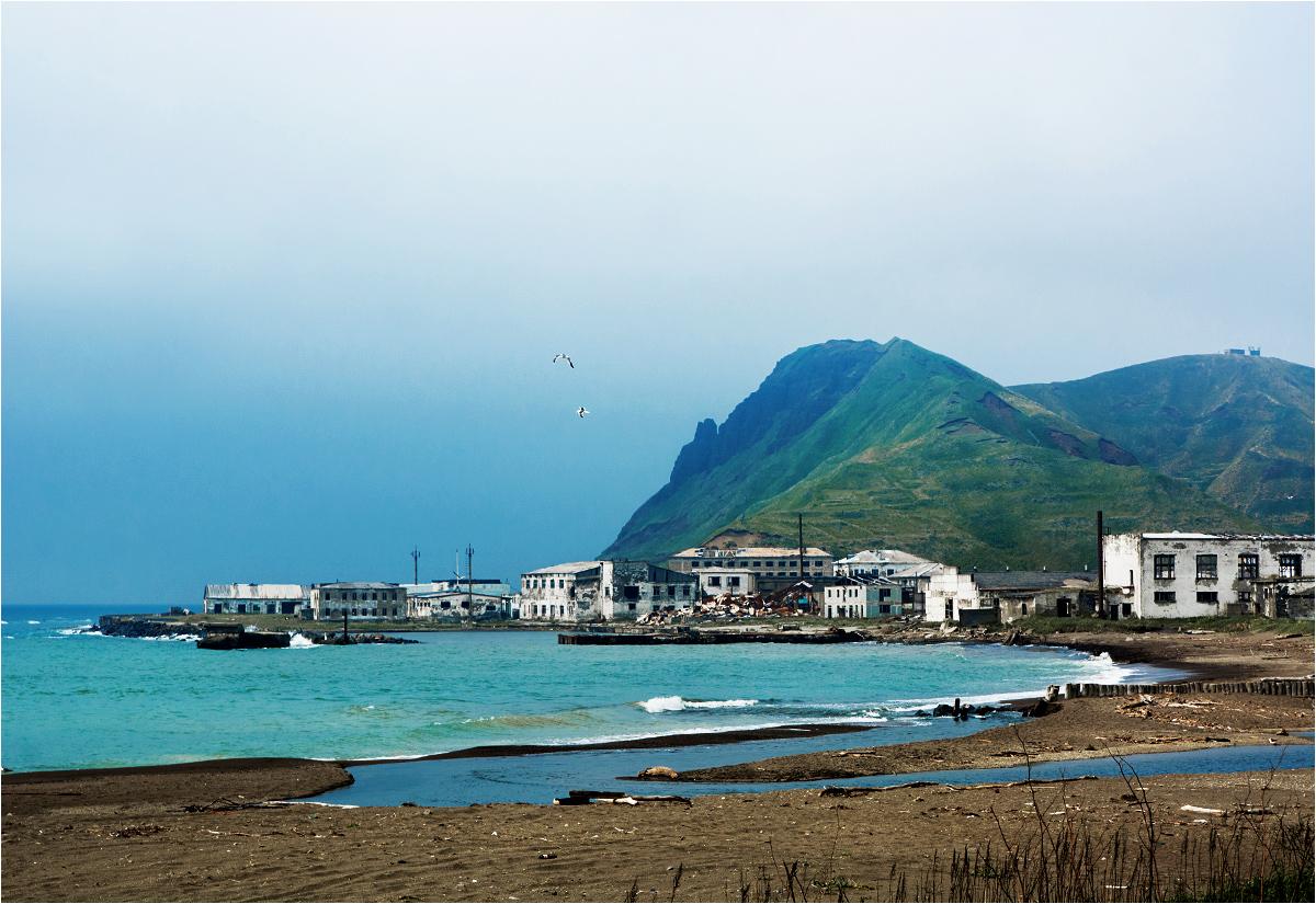 Czechow, zachodnie wybrzeże Sachalinu. Opuszczone zakłady przemysłowe przeglądają się w wodach Morza Japońskiego