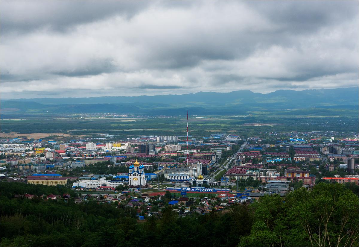 Jużnosachalińsk to stolica regionu i największe miasto na wyspie. W jego aglomeracji mieszka ponad 300 tys. ludzi, czyli około 60% całej populacji Sachalinu