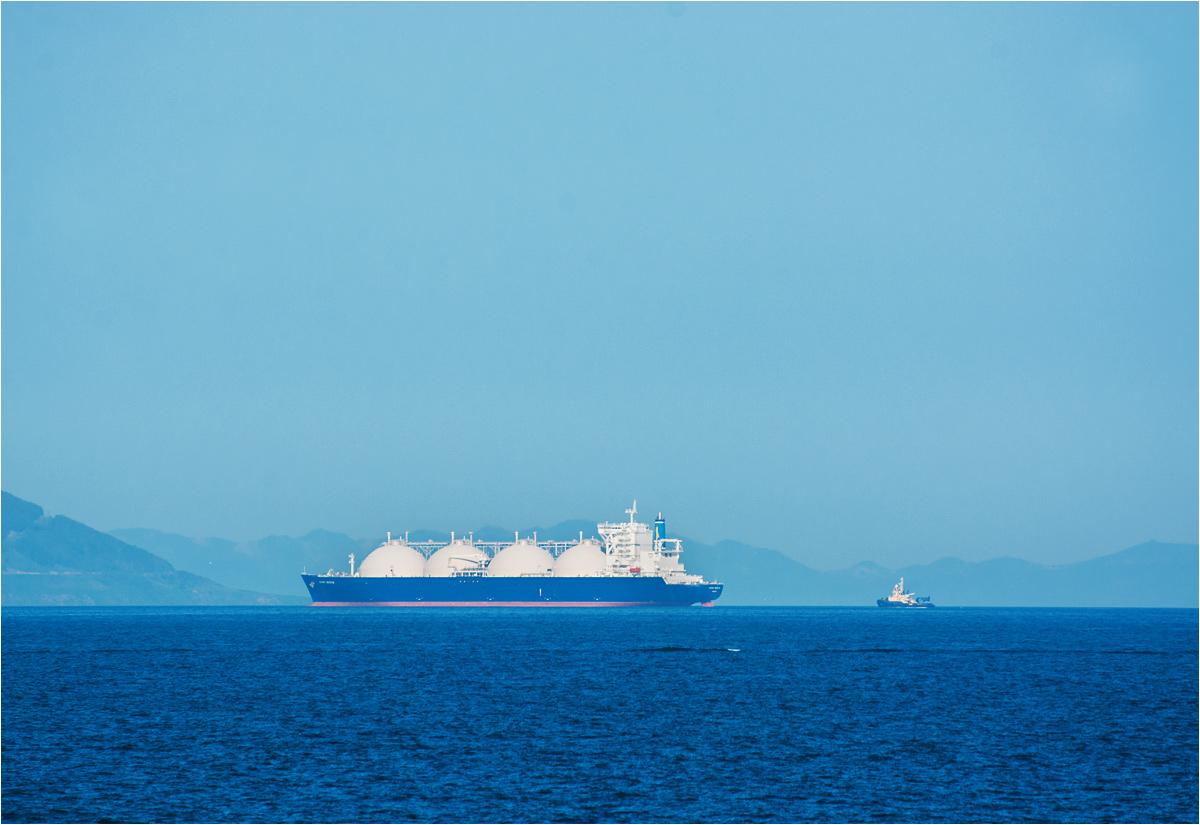 Prócz ropy naftowej, u wybrzeży Sachalinu wydobywa się także gaz. Na zdjęciu olbrzymi gazowiec, dopływający do gazoportu w okolicach miasta Korsakow