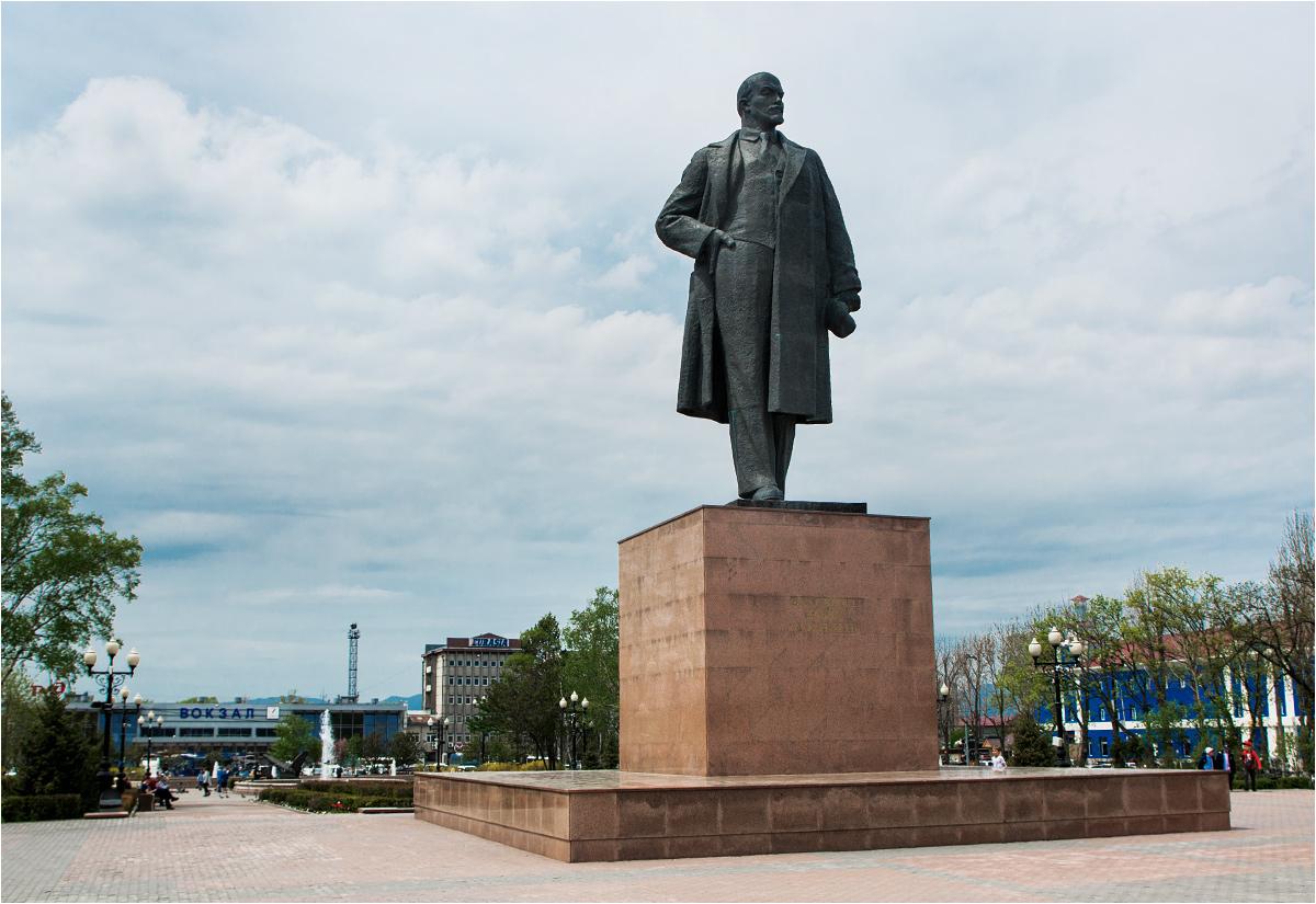 Lenin stojący na placu przed jużnosachalińskim dworcem podkreśla trwającą od ponad 70 lat rosyjską władzę nad wyspą