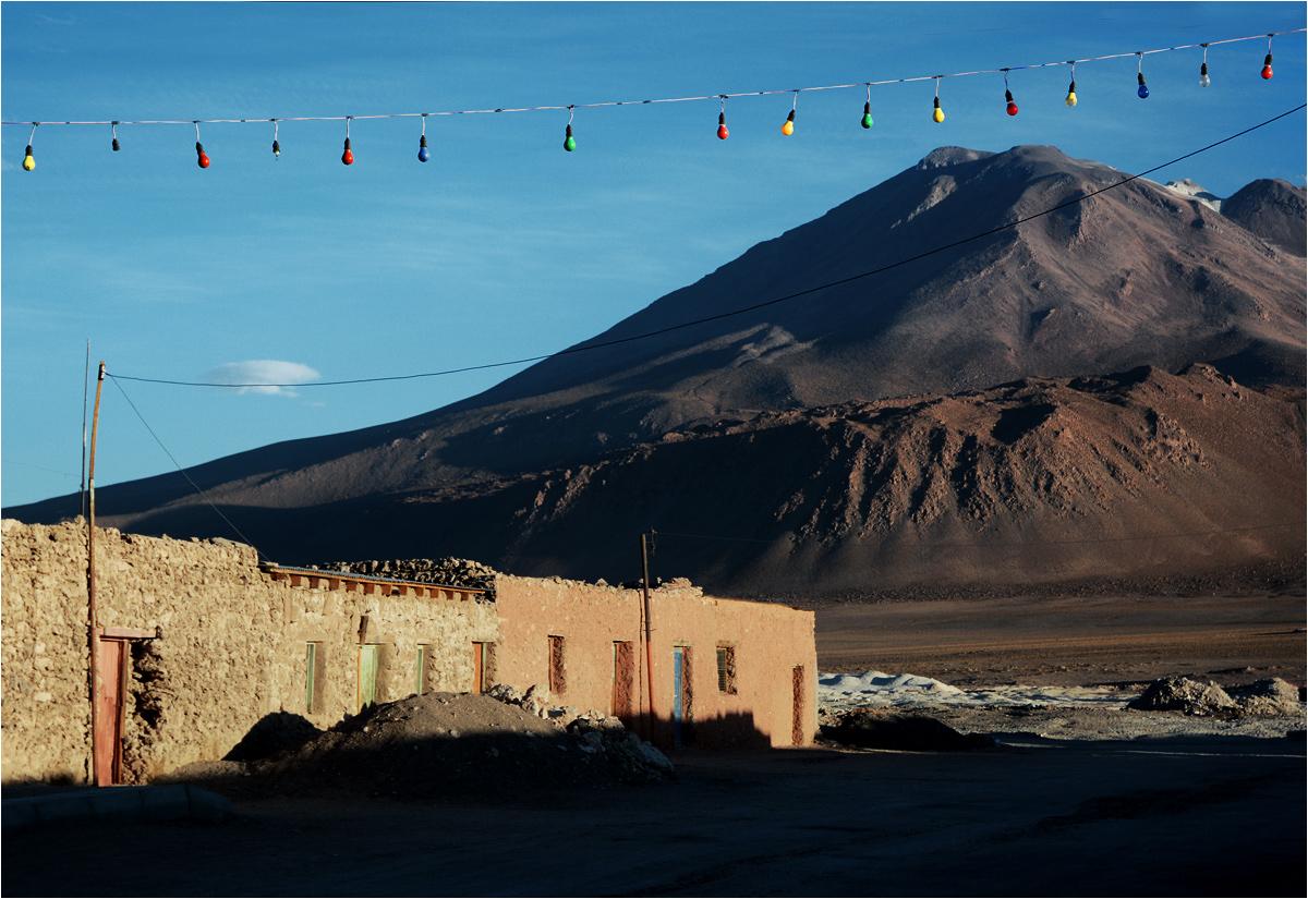 Kiedy wulkan Ollagüe (5868 m n.p.m.) kiedyś się obudzi, mieszkańcy miasteczka przywitają go miganiem kolorowych lampek. W Ameryce Południowej wszystko robi się na pełnej petardzie