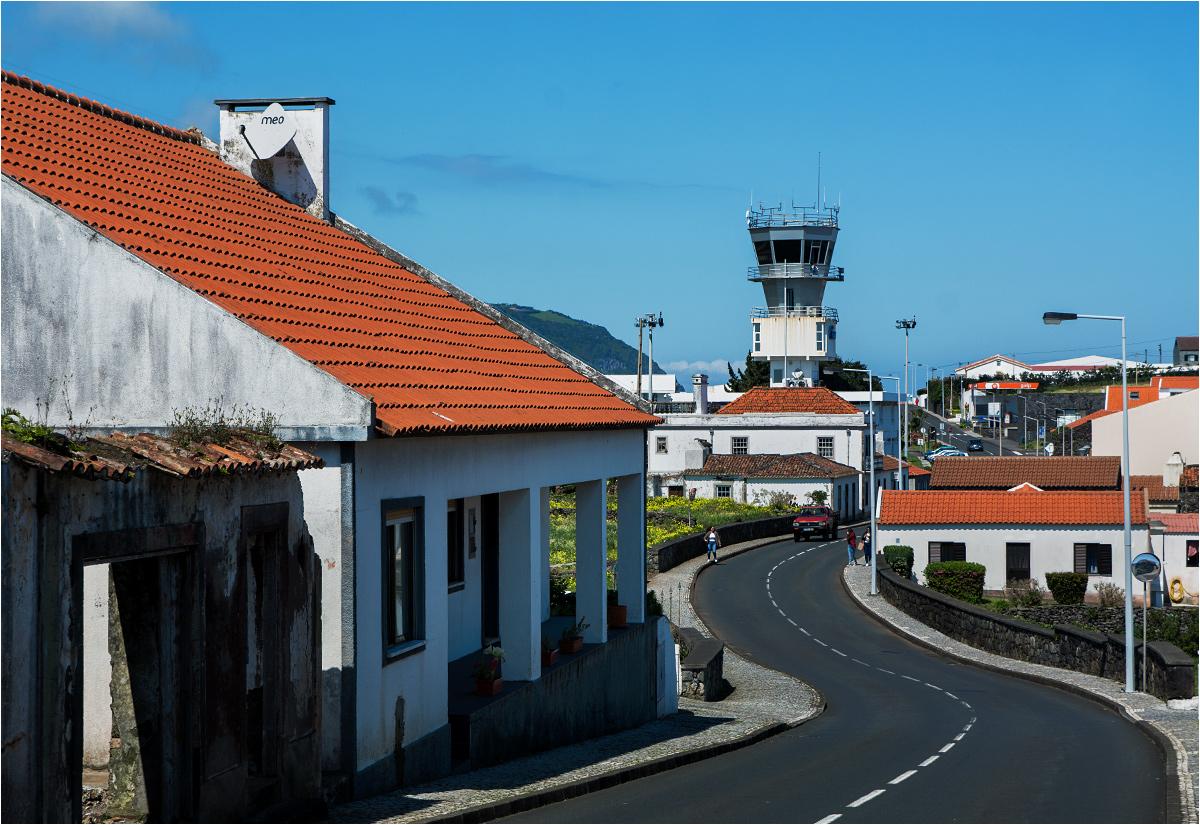 W samym centrum miasteczka znajduje się lotnisko - główny punkt kontaktu ze światem