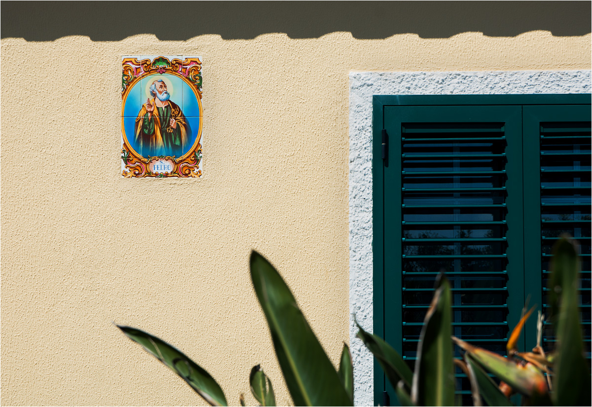 Mozaiki z wizerunkami świętych strzegą niemal każdego domu