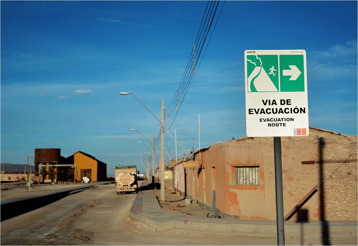Rozmieszczone w całej miejscowości znaki przypominają o drzemiącym niebezpieczeństwie