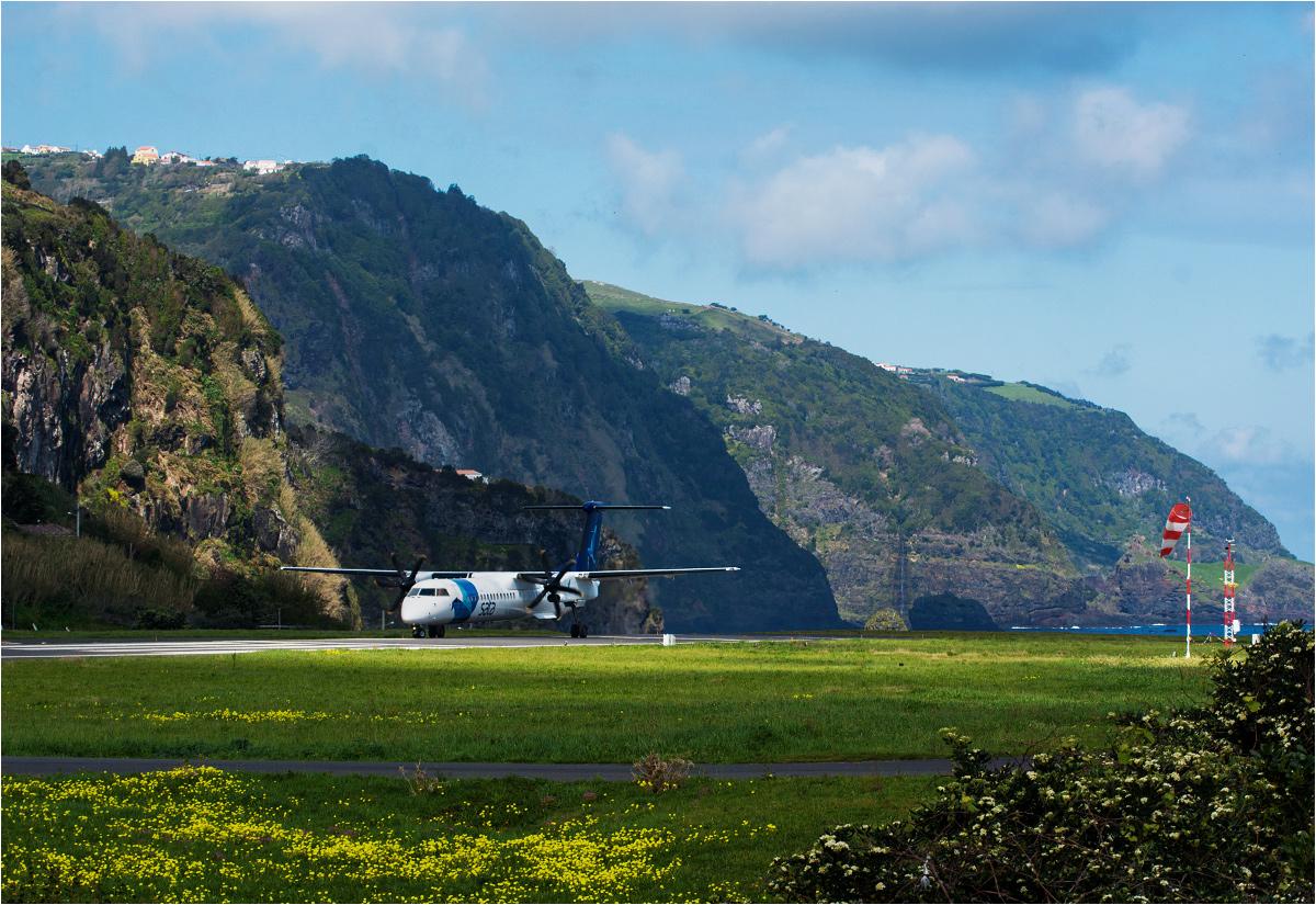 Lotnisko na wyspie Flores. Samolot Bombardier Q400 gotów do startu w stronę Horty