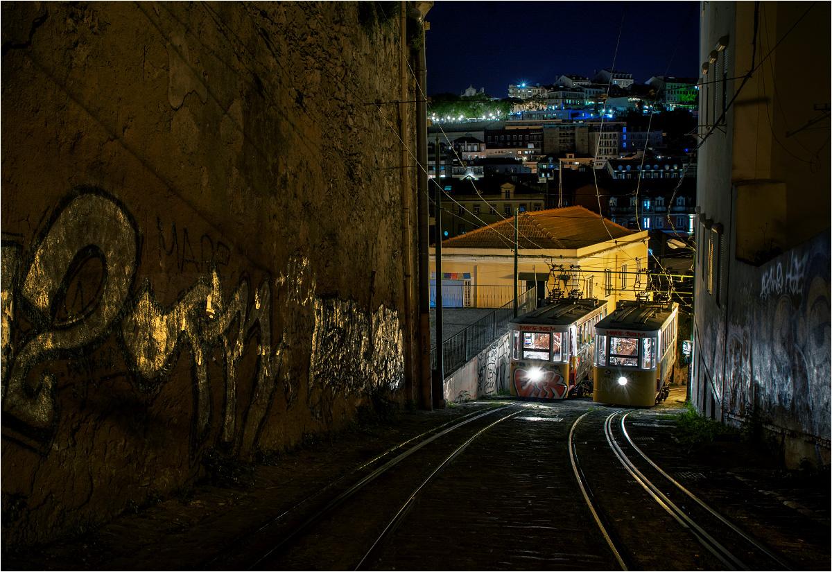 Lizbona, Calçada do Lavra. Wagony funikularu Lavra odpoczywają po całym dniu pracy z pasażerami