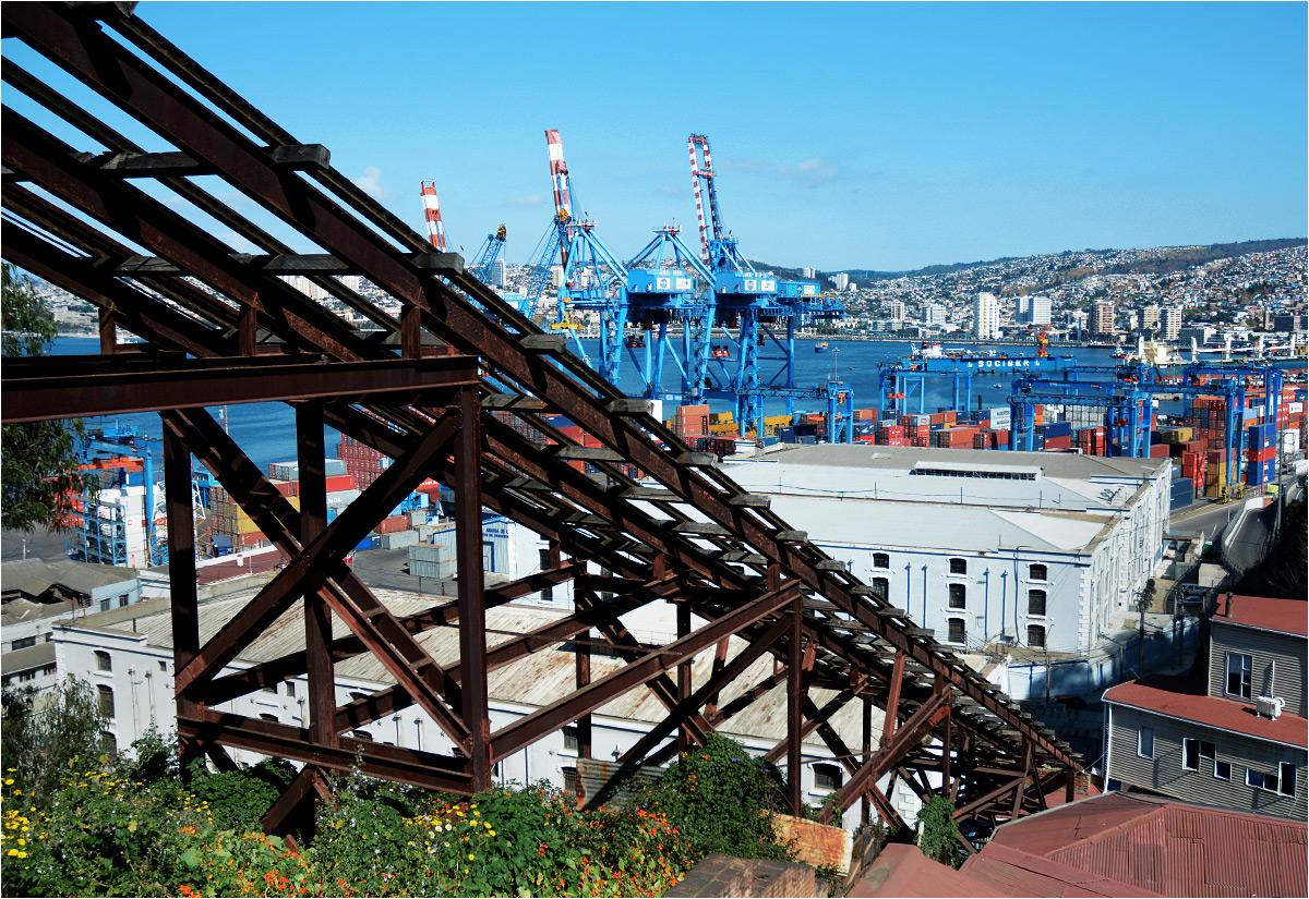 Masywna kratownica nieczynnego funikularu Villaseca przesłania widok na port w Valparaíso