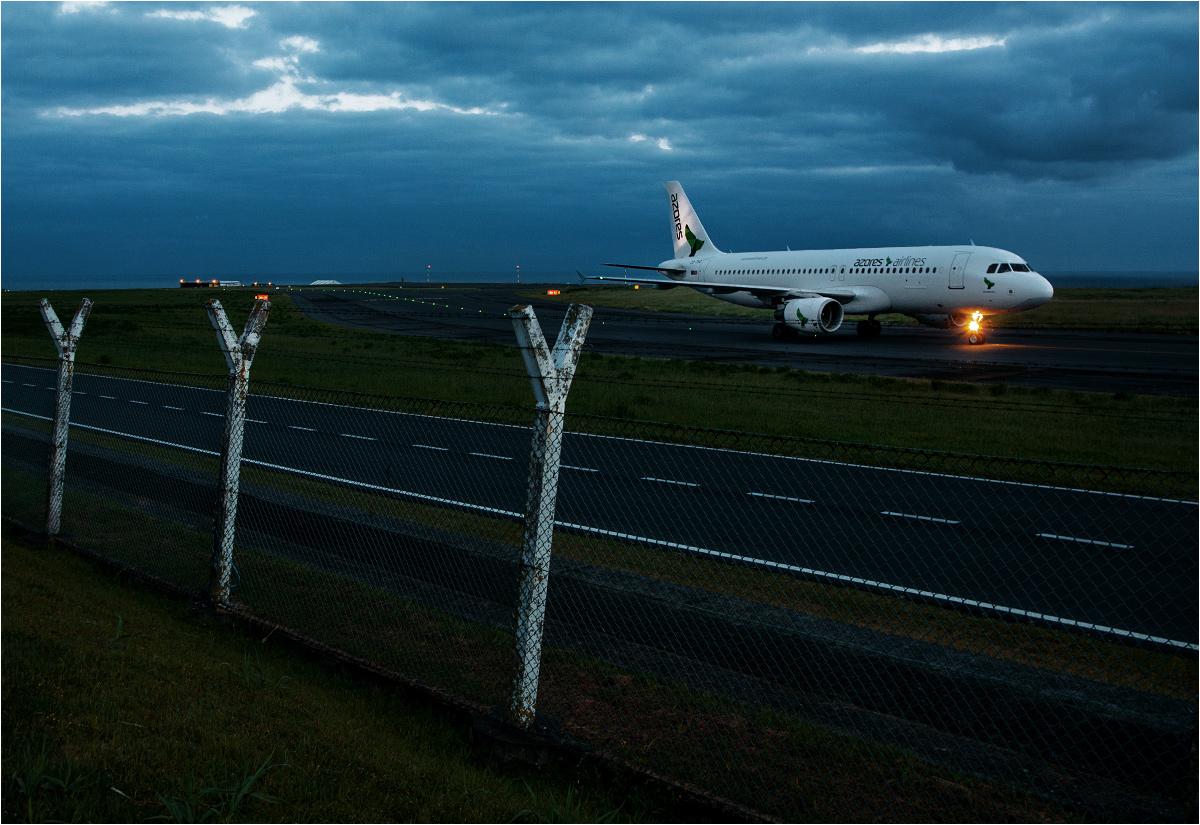 Odrzutowy Airbus A320-200 linii lotniczej Azores Airlines właśnie wylądował na lotnisku w Ponta Delgada