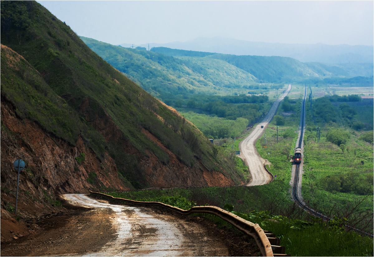 Piękne krajobrazy zachodniego Sachalinu. Pociąg osobowy relacji Chołmsk-Czechow zatrzymuje się na przystanku 102 kilometr