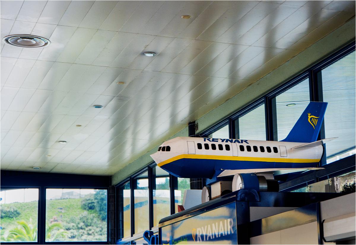 Pojawia się tutaj - jak widać - także znana linia lotnicza REYNAR