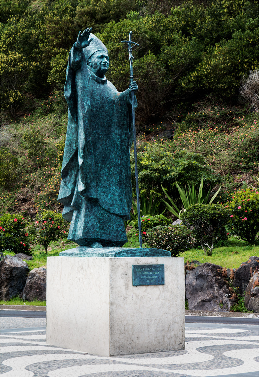 Przed lotniskiem w stolicy Azorów stoi pomnik papieża Polaka