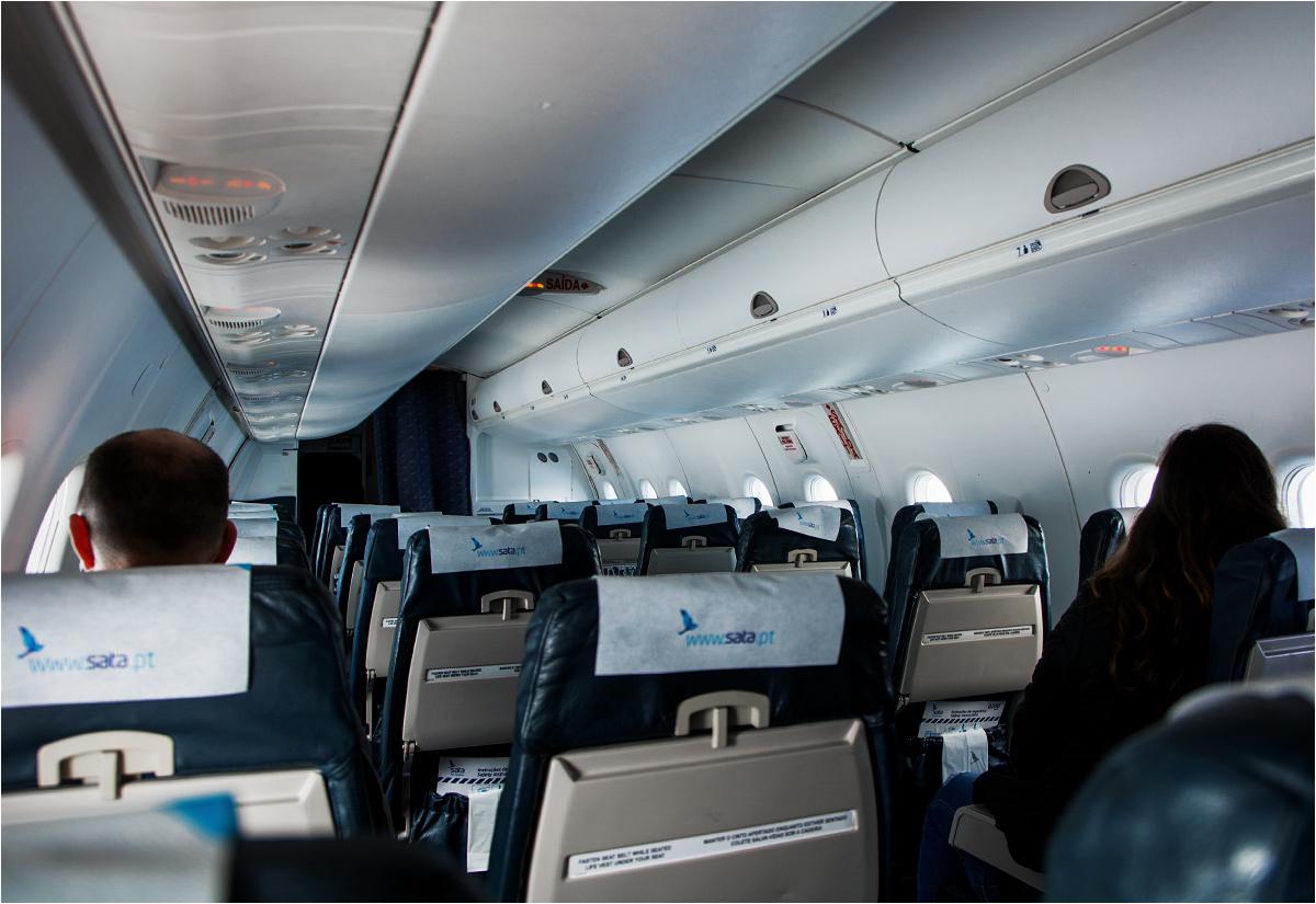 Malutkie wnętrze Bombardiera Q200 widziane z końca samolotu