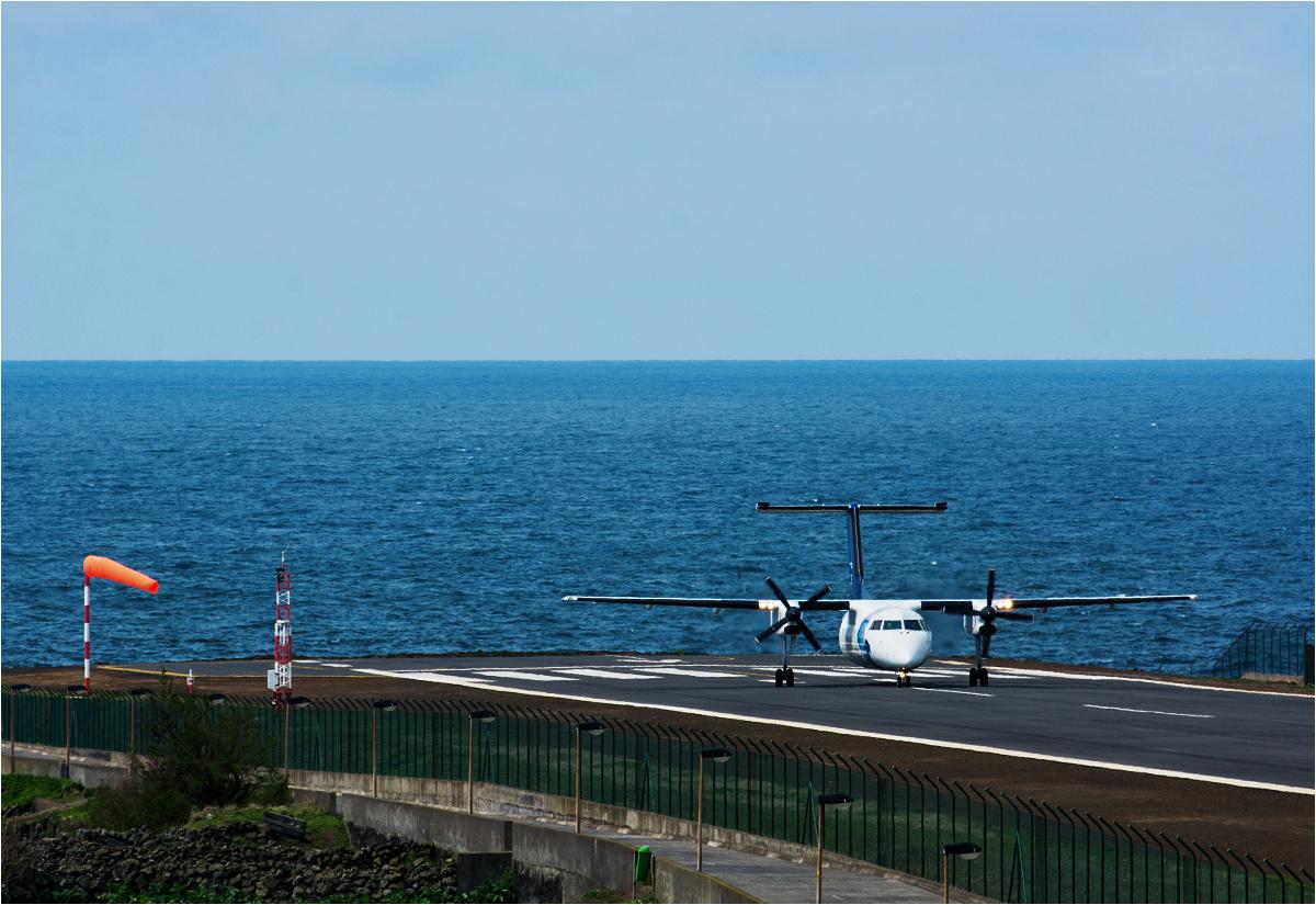 Samolot przygotowuje się do startu z lotniska Corvo