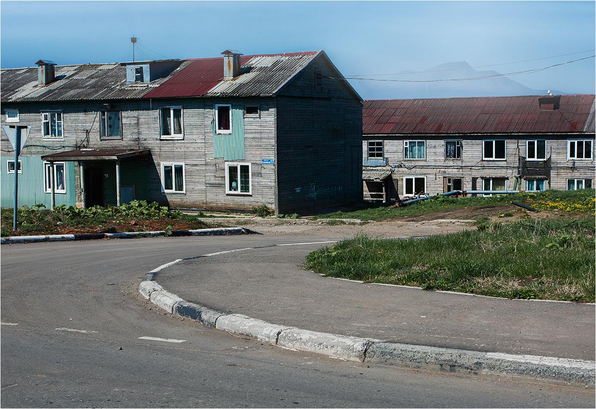 """Jużno-Kurylsk. Osiedle, na którym mieszkają Julia i Jewgienij. Publikacja tego zdjęcia wywołała falę protestów ze strony Julii, która stwierdziła, że """"na tej fotografii widać obrzydliwe stare domy, chociaż samo miasteczko jest obecnie bardzo ładne i odremontowane; budują się nowe domy i asfaltują drogi"""". Obiecałem zapisać te wątpliwości, a więcej zdjęć z Jużno-Kurylska pojawi się w najbliższym czasie na blogu"""