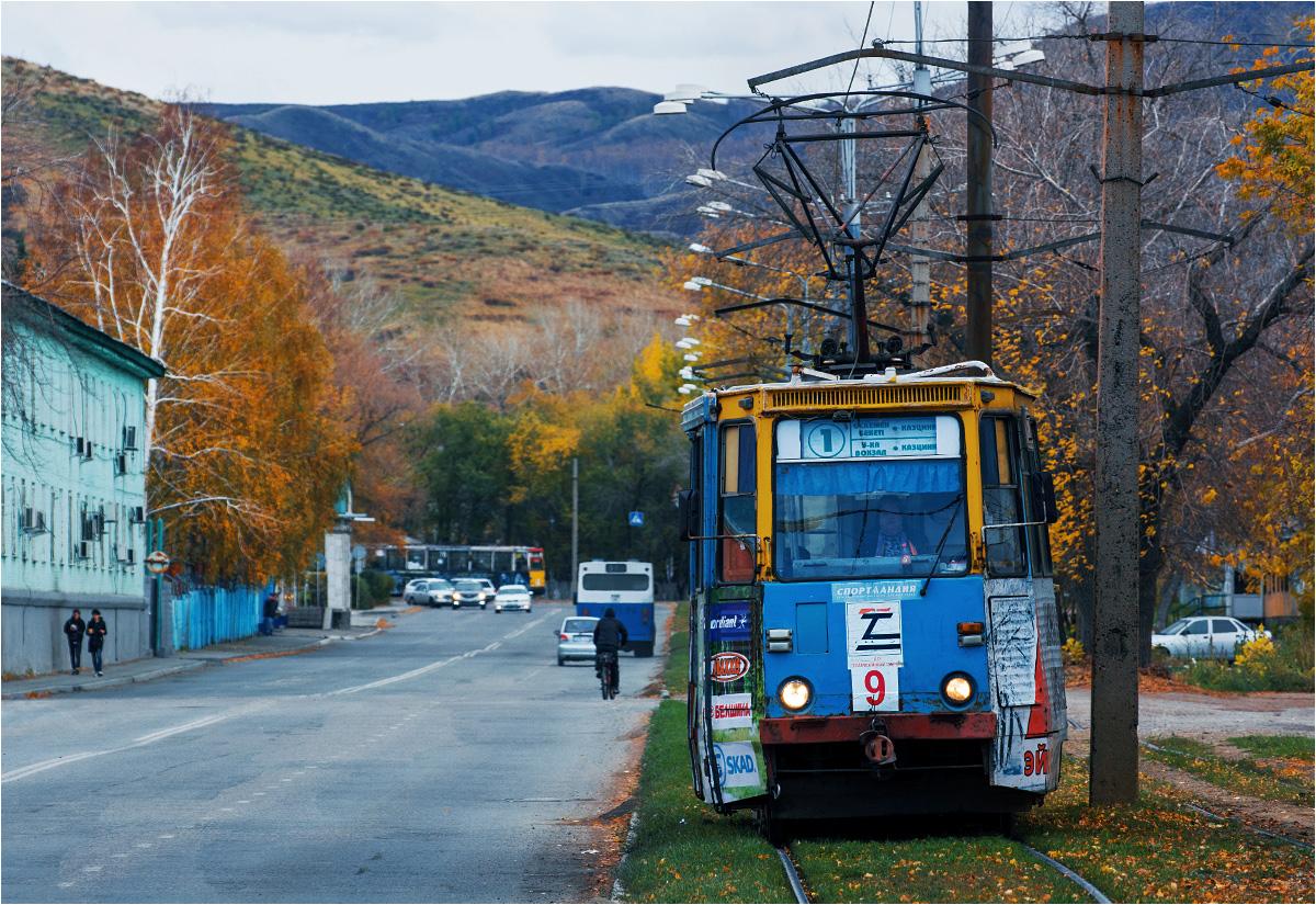 """Tramwaj w Ust-Kamienogorsku. """"Jedynka"""" właśnie wyruszyła w trasę spod dworca kolejowego"""