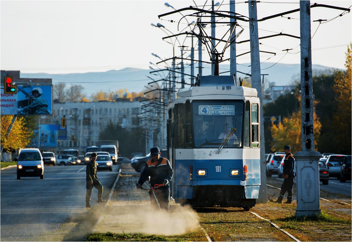 Tatra KT4DtM na ulicach Ust-Kamienogorska. W latach 1985-2013 wagon woził berlińczyków. Później trafił na ostatnie dwa lata funkcjonowania tramwaju w Ałmatach. Do Ust-Kamienogorska sprowadzony został w maju 2018 roku