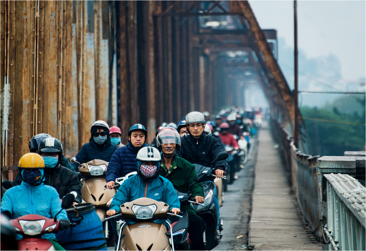 A jednośladów w warunkach wietnamskich nie brakuje... Na fotografii poranne godziny szczytu - mieszkańcy lewobrzeżnego Hanoi jadą w smogu do centrum miasta