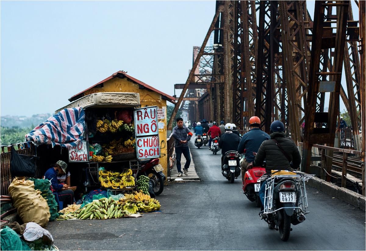Tony żelaza łączą oba brzegi Czerwonej Rzeki. A po bokach mostu trwa handel owocami. Banany rosną zresztą tuż obok, w rozległych gajach nad rzeką