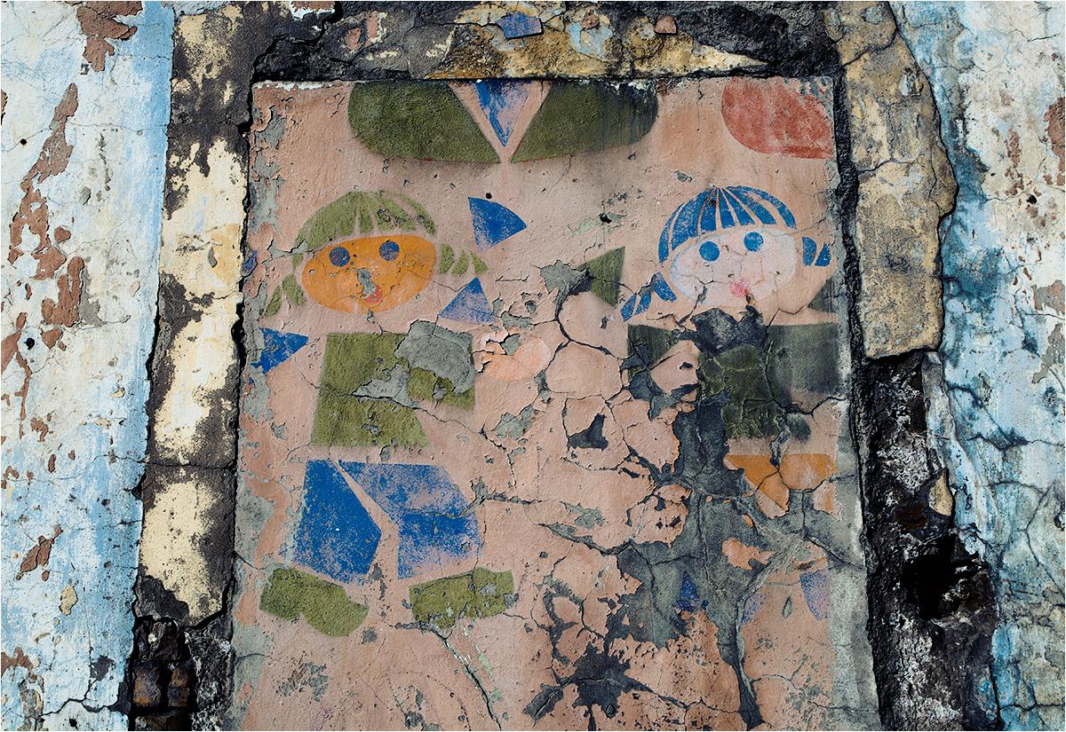 Wypłowiałe rysunki ozdabiają fasadę opuszczonego przedszkola