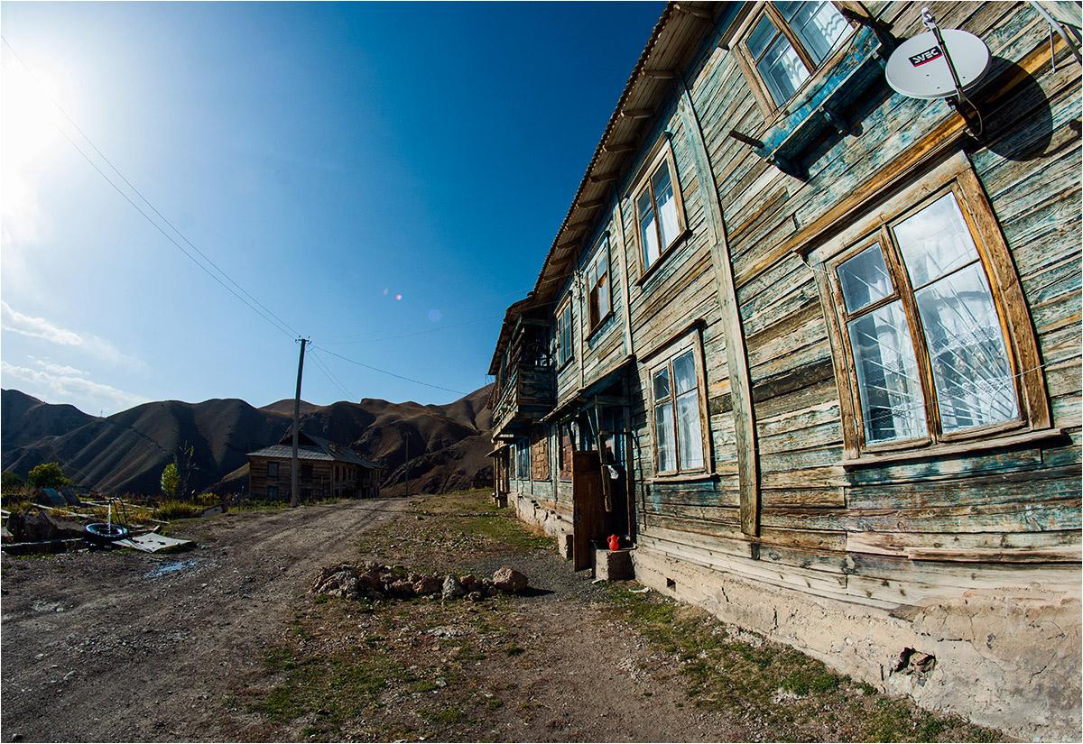 Drewniane syberyjskie domy stanowią większość zabudowy miasteczka
