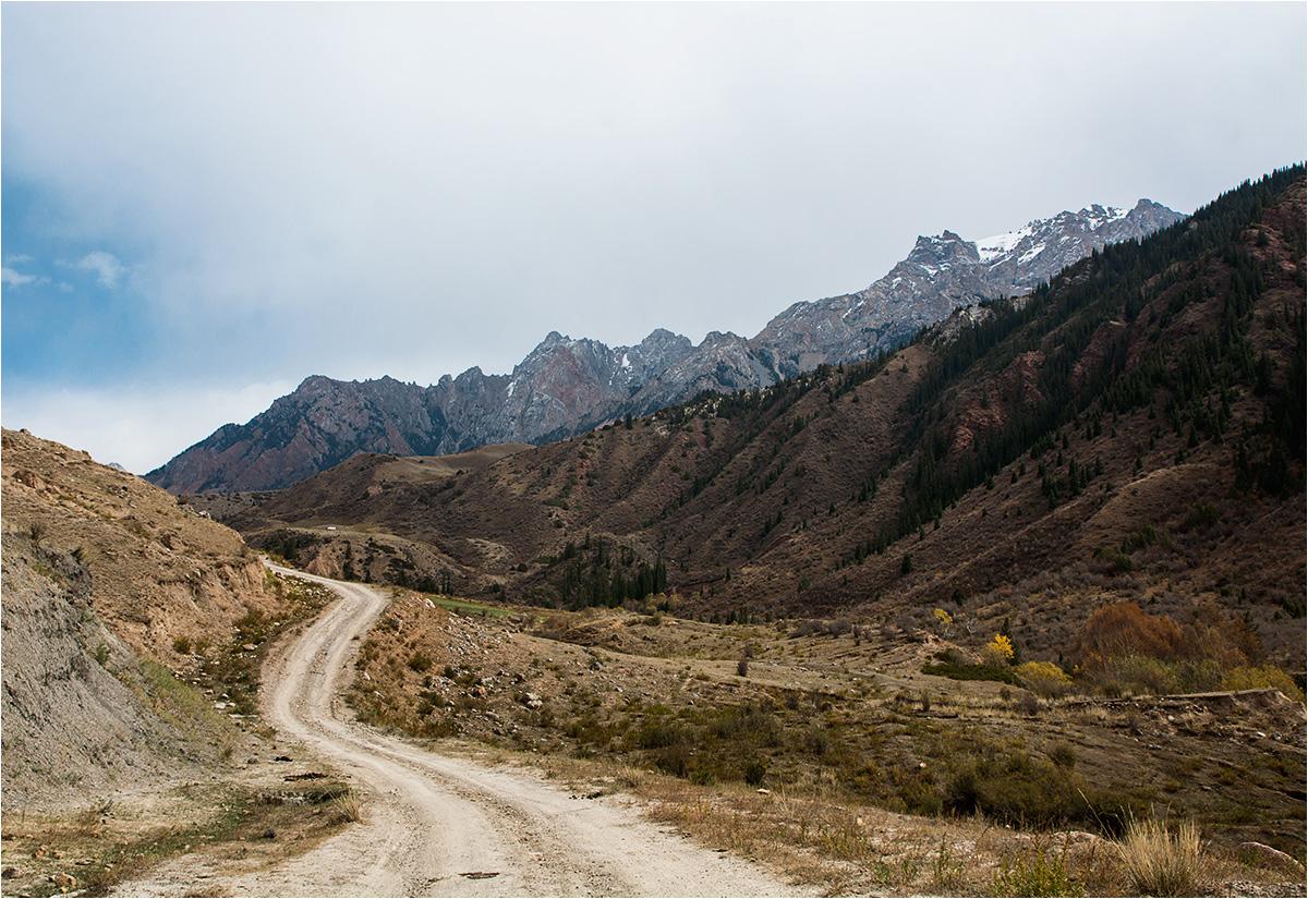 Wysokie góry rozpościerają się zaraz za granicą miasteczka