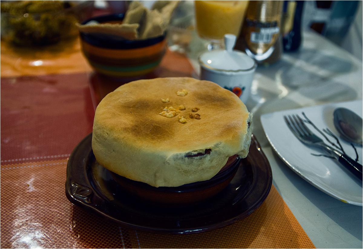 Domowe ciepło Gulnary - na stole stygnie warzywno-serowe leczo, przykryte plackiem domowego wypieku