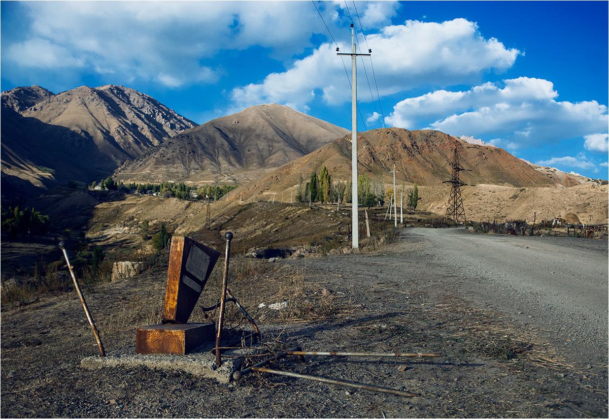 Stary grób stojący przy drodze pomiędzy dzielnicami miasteczka