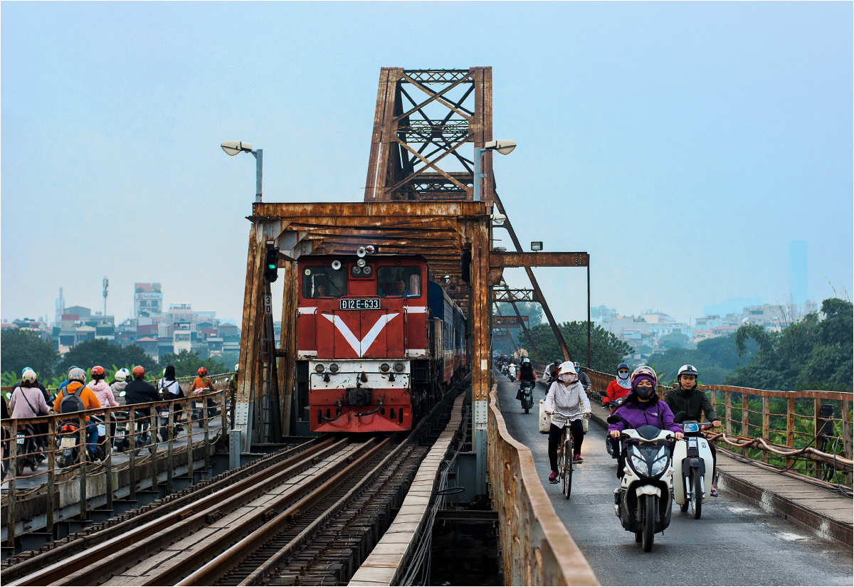Pociąg osobowy do Hajfong przemierza most Long Biên w Hanoi