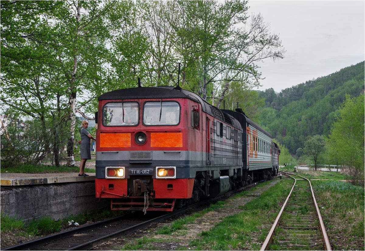 Jeden z ostatnich pociągów, jaki dojechał do stacji Bykow. Na czele składu widoczna lokomotywa TG16 z lekko zmienionym wyglądem