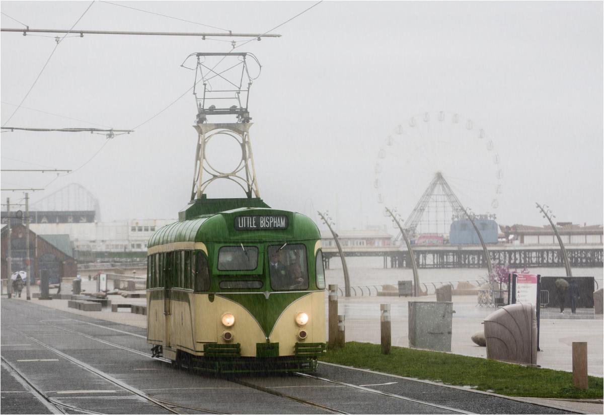 """Ulewa w Blackpool. Od południa nadjeżdża tramwaj """"wieża"""" z 1937 roku"""