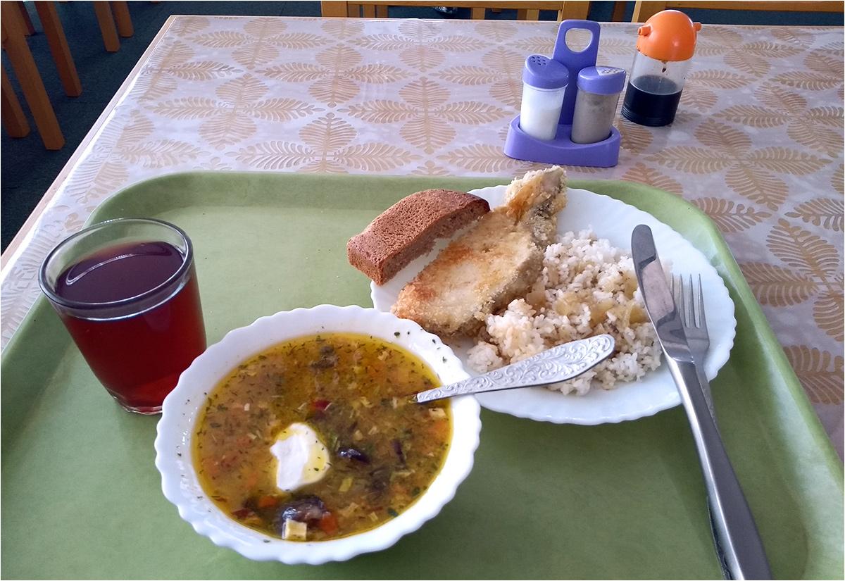 Obiad za ~30 złotych: zupa z mięsem (miała być bez), smażona w głębokim tłuszczu ryba (podana na zimno) i woda owocowa