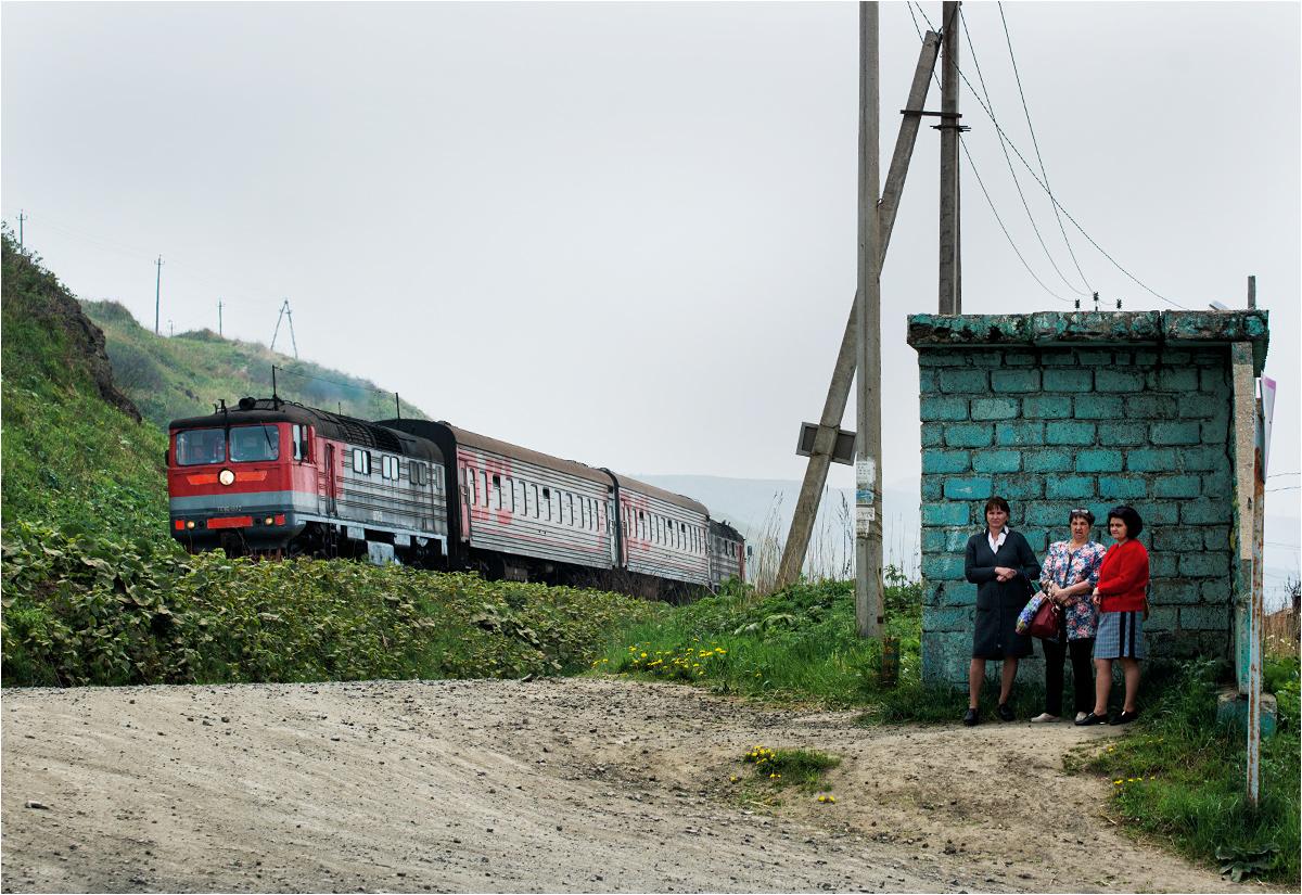 Wioska Simakowo - pasażerki ignorują jadący obok pociąg, czekając na marszrutkę w stronę Chołmska