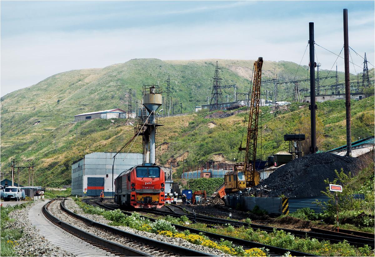 Lokomotywa TG16M odpoczywa przed lokomotywownią w Chołmsku