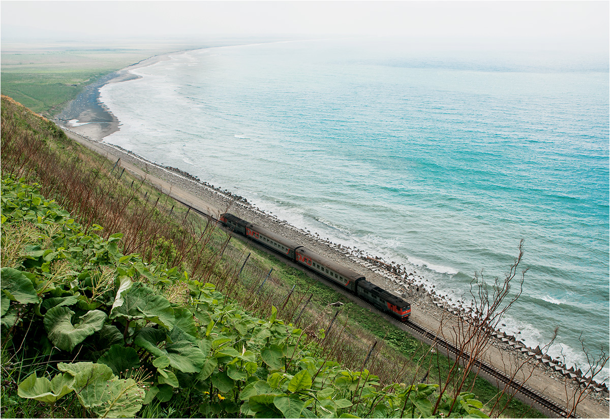 W okolicach miasta Czechow linia kolejowa biegnie nad samym brzegiem Morza Japońskiego