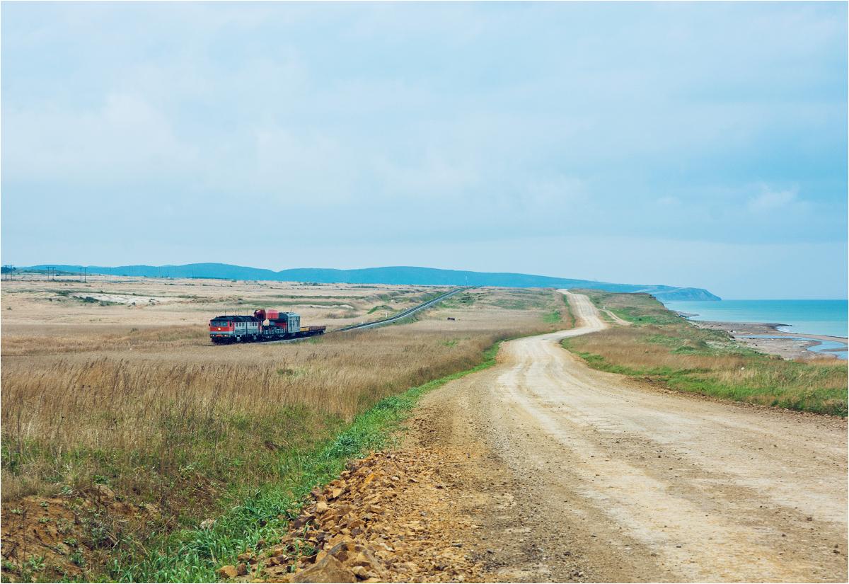 Skład roboczy z lokomotywą TG16-047 na czele przemierza pustkowia między miasteczkami Tomari oraz Ilinskoje