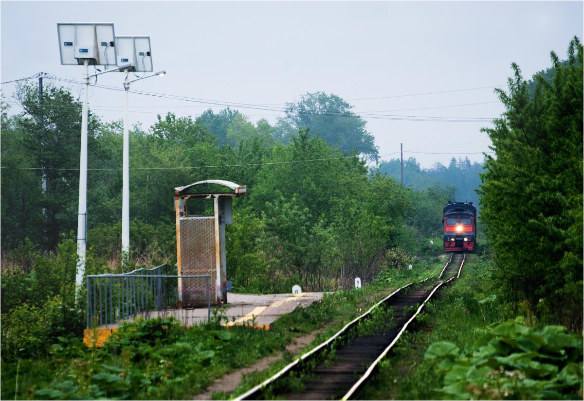 Pociąg osobowy relacji Jużnosachalińsk-Bykow zbliża się do przystanku Ugliezawodsk