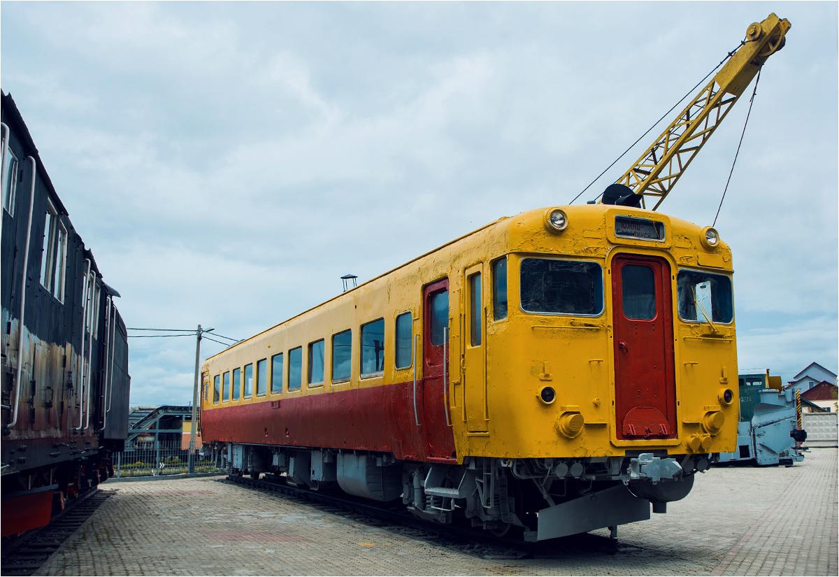 Stary japoński wagon motorowy pozostawiony jako pomnik niedaleko dworca w Jużnosachalińsku