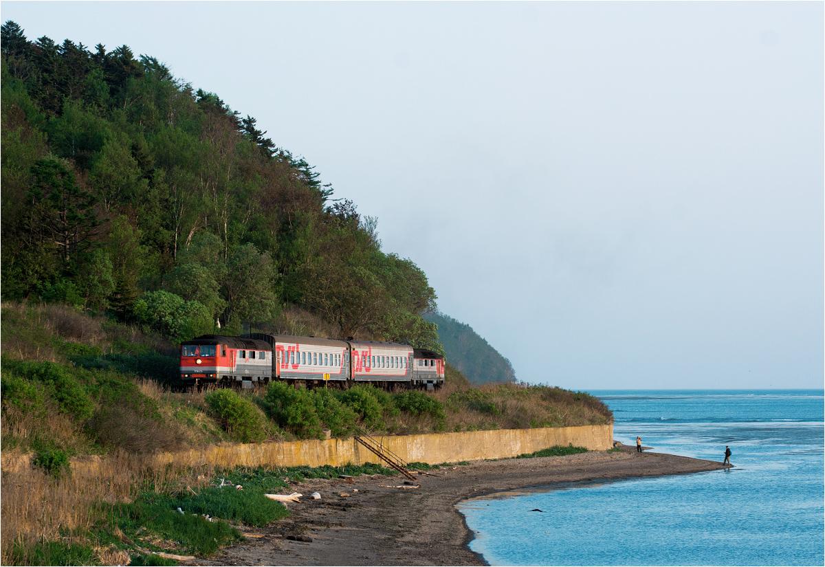 Wieczorny pociąg z Korsakowa do Jużnosachalińska służy zwłaszcza ludziom, którzy nad morzem zbierają wodorosty albo posiadają swoje dacze (domki wypoczynkowe)