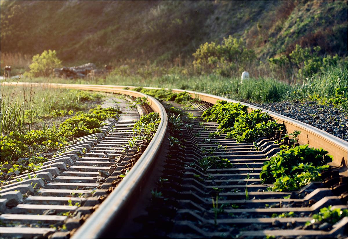 Operacja przeszycia torów kolejowych następowała etapami. Na zdjęciu torowisko na trasie do Korsakowa w maju 2019 - pociągi jeżdżą jeszcze po wąskim torze, ale widać już miejsce na położenie szyny w szerszym rozstawie