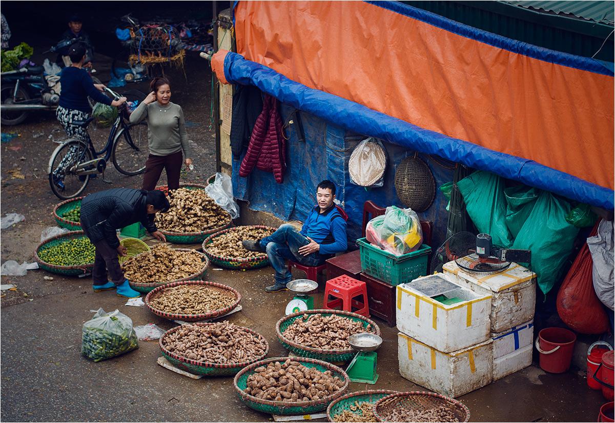 Sprzedawca imbiru i innych bulw widziany z mostu Long Biên