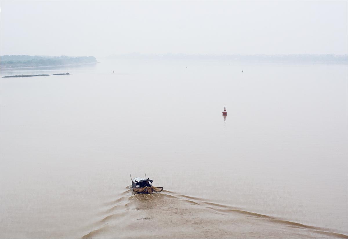 Przepływająca pod mostem Rzeka Czerwona bierze swą nazwę (i wygląd) od niesionego z gór czerwonego mułu, zawierającego związki żelaza