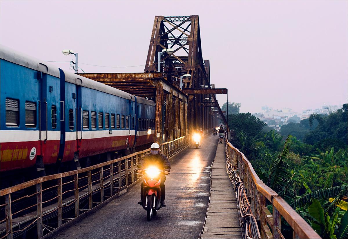 Wczesnoporanny pociąg pojawia się na moście