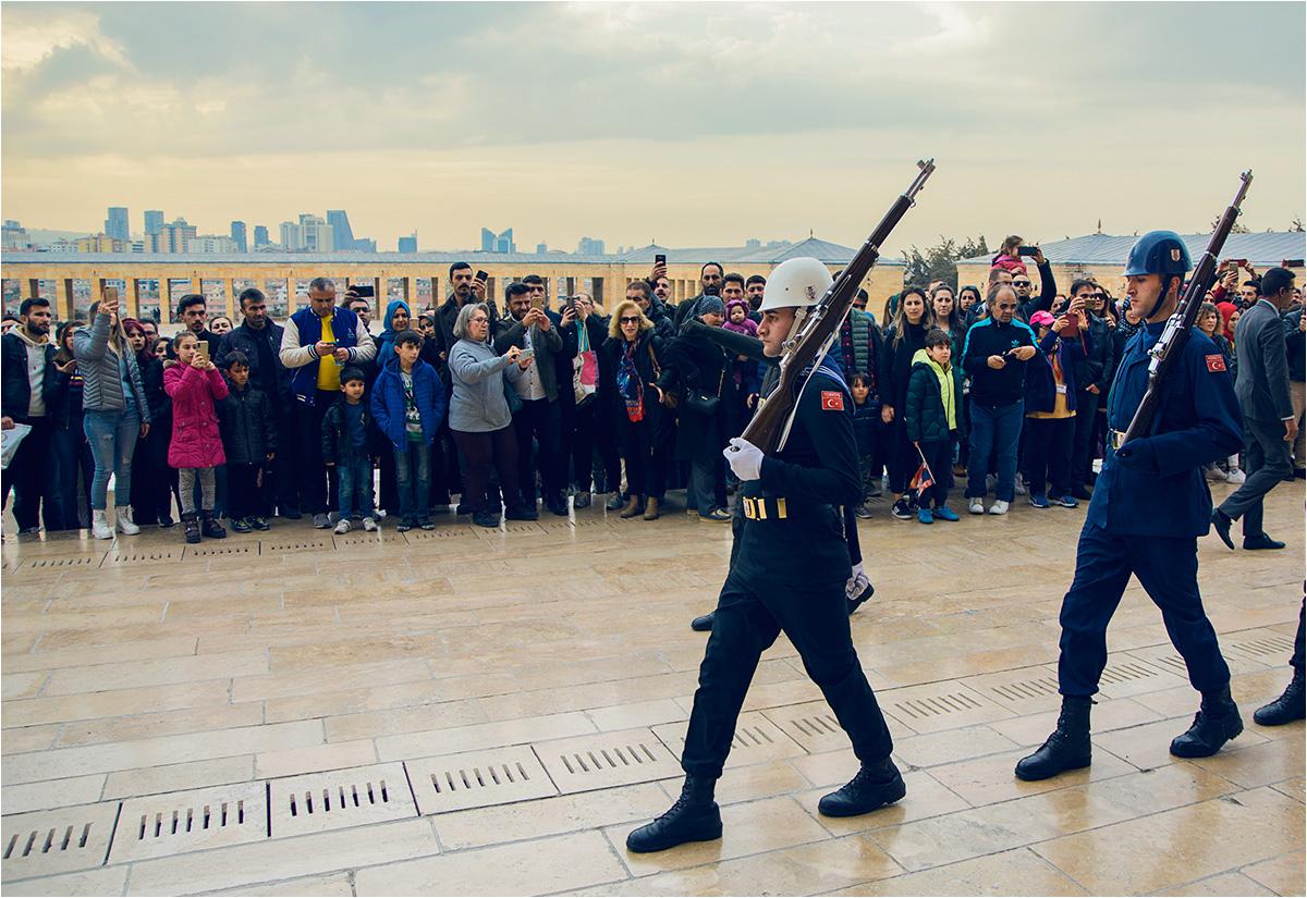 Żołnierze defilują przed mauzoleum ojca narodu