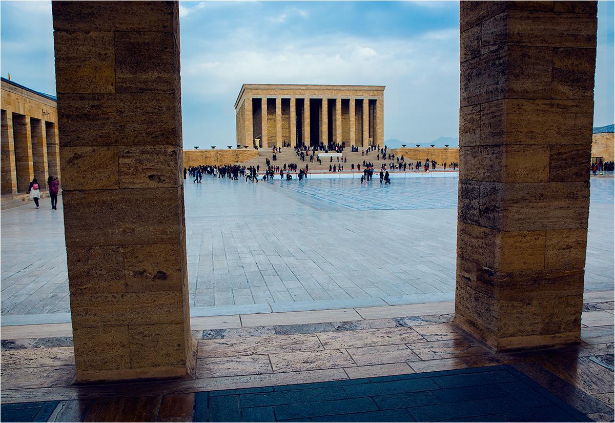 Główny budynek wygląda z daleka jak starożytna świątynia