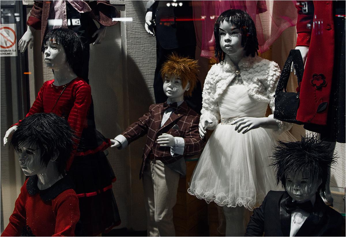 Jedną z pierwszych rzeczy, jakie oglądamy po wyjściu z metra, jest wystawa sklepowa, przypominająca raczej pochód zombie