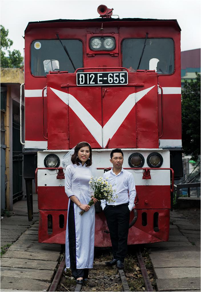 A zaraz za mostem młoda para robi sobie sesję ślubną pod lokomotywą... Może pan młody jest kolejarzem?