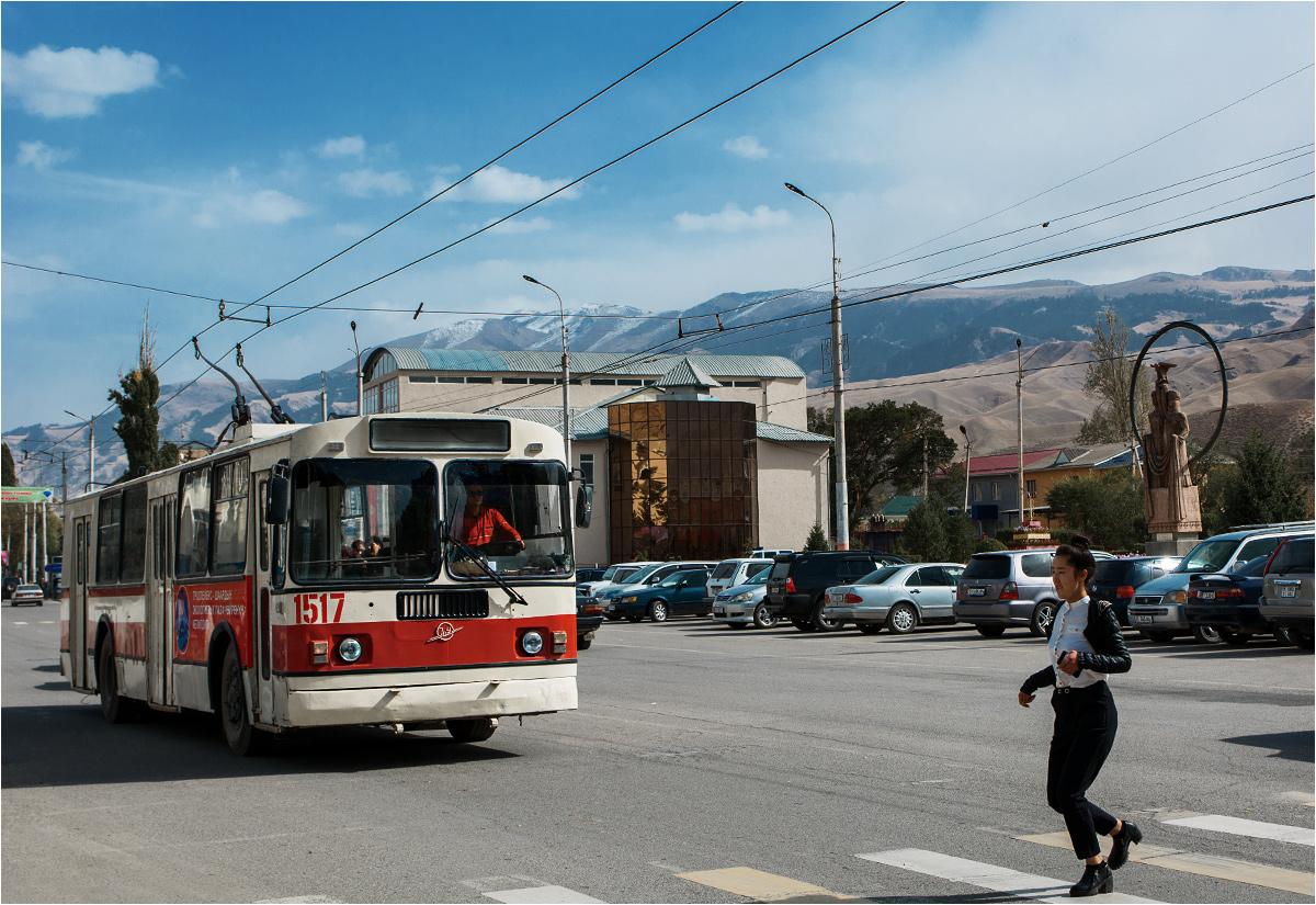 Trolejbus przejeżdża przez główny plac miasta