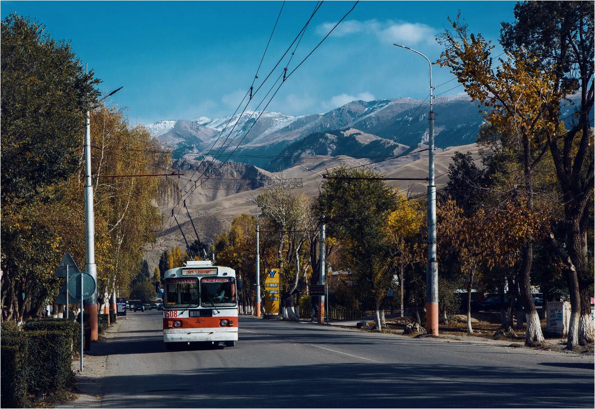 Naryn - trolejbus na tle surowego pasma Naryntau, wchodzącego w skład gór Tien-Szan