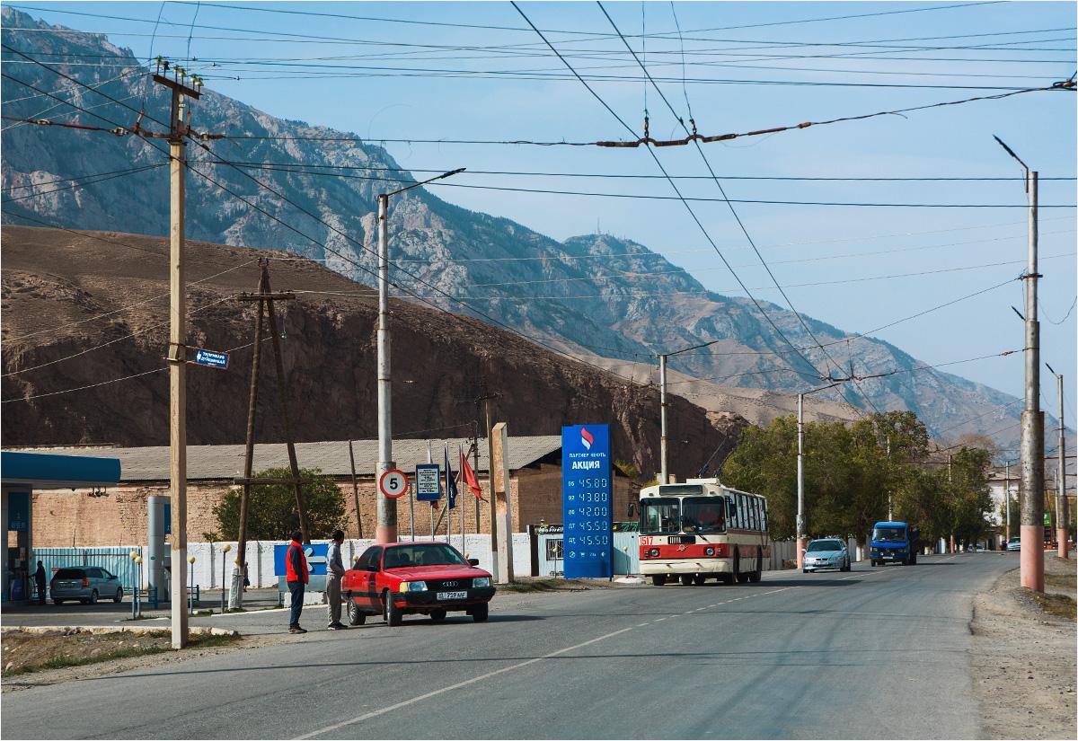 Stary trolejbus, pasażerowie wsiadający do niego poza przystankiem, paliwo za 2,50 i cień wielkiej góry - to musi być Kirgistan