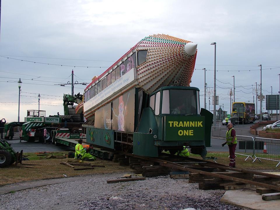 """""""Tramnik One"""" podczas demontażu z Gynn Square. Zdjęcie pochodzi z oficjalnej strony http://www.blackpoolheritage.com/"""